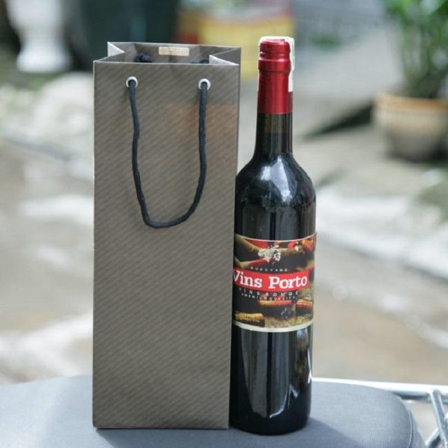in túi giấy đựng rượu tại Tân Phú